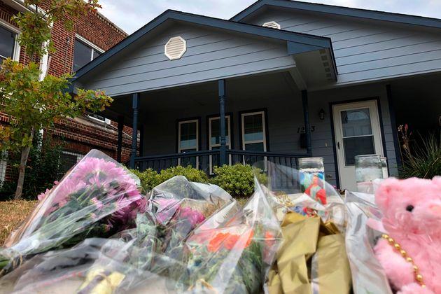 Des bouquets de fleurs ont été déposés devant la maison oùAtatiana...