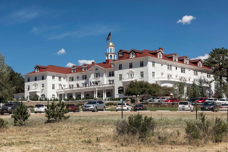 Το ιστορικό ξενοδοχείο Stanley στο Κολοράντοαποτέλεσε την έμπνευση για τοOverlook Hotel για την μίνι σειρά του Στέφεν Κινγκ The Shining. Σήμερα το ξενοδοχείο προσφέρει στους επισκέπτες του διάφορες περιηγήσεις με μια πινελιά «τρομακτικής» ιστορίας.
