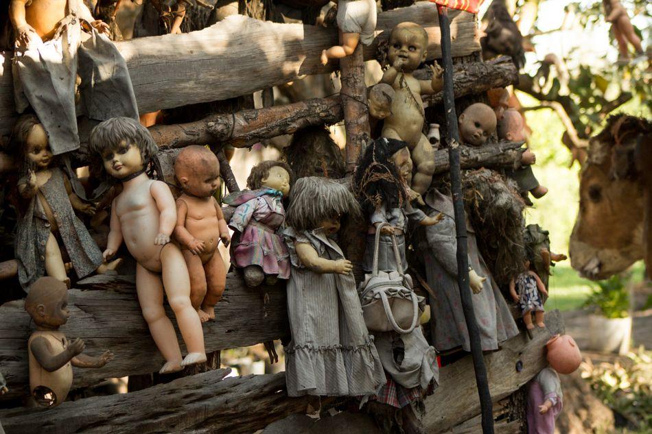 Σύμφωνα με τον μύθο, ο μοναδικός κάτοικος του νησιού (στα κανάλια του Xochimilco στην Πόλη του Μεξικού) κρέμασε παντού κούκλες για να απομακρύνει το πνεύμα μιας κοπέλας που πνίγηκε στο νερό.