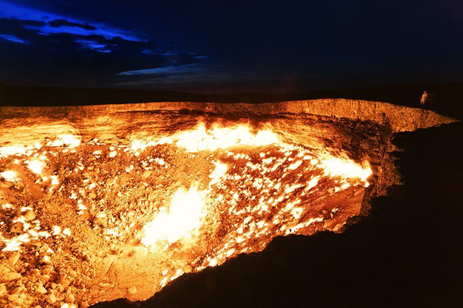 Στην πραγματικότητα πρόκειται για έναν γιγάντιο κρατήρα στην έρημο Καρακούμ, στο Τουρκμενιστάν, ο οποίος δημιουργήθηκε από γεωλόγους που μελετούσαν την περιοχή πριν από περίπου 40 χρόνια.Ονομάζεται Νταρβάζα ή αλλιώς «πύλη της κολάσεως». Η απόκοσμη όψη του, θα μπορούσε να θυμίζει σκηνή από τον κρατήρα του «σκοτεινού» ηφαιστείου Μάουντ Ντουμ στην τριλογία «Ο Αρχοντας των Δαχτυλιδιών».