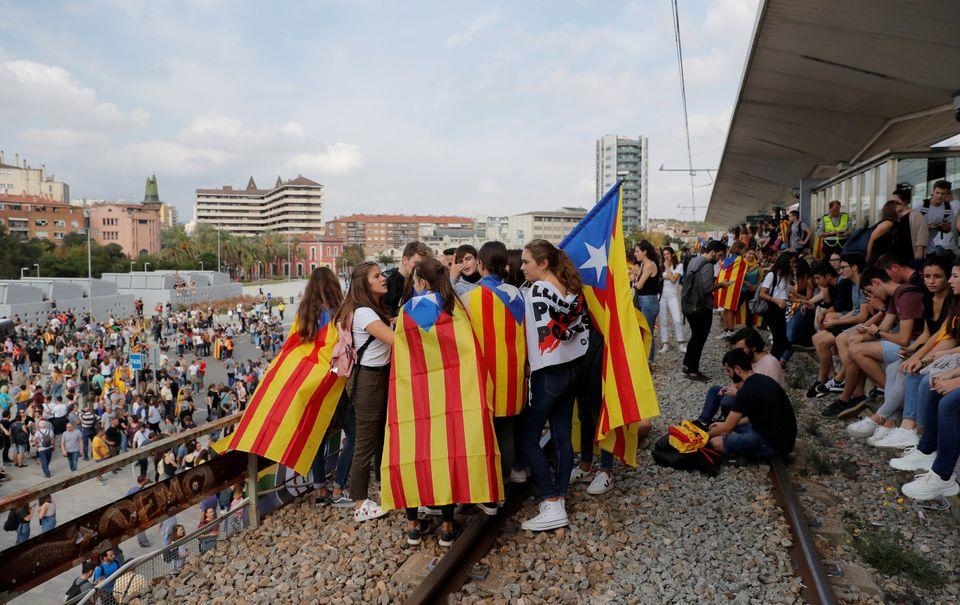 카탈루냐 분리독립 지도자들에게 중형이 선고됐고, 주민들이 거리로 나섰다