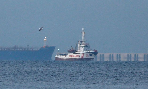 Ένταση στη Λέσβο: Κάτοικοι εμπόδισαν πλοίο της Proactiva να ελλιμενιστεί στη Σκάλα