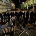 Centenares de personas pasan la noche en El Prat tras el bloqueo y las