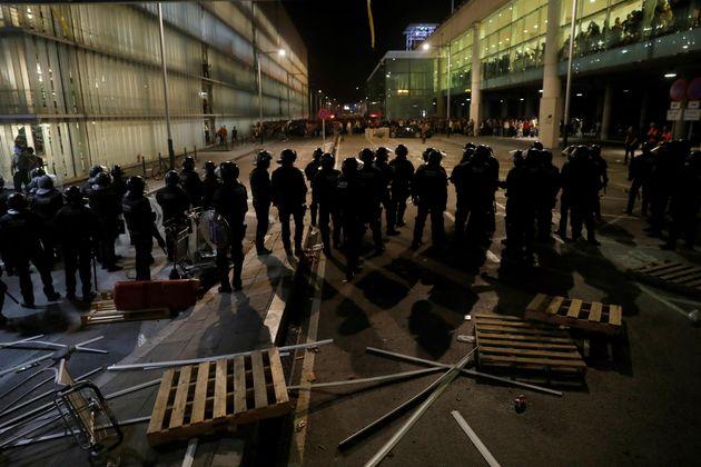Policías antidisturbios durante los altercados que se han producido en los alrededores del aeropuerto...