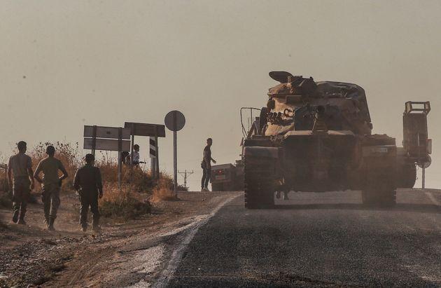 Un tank des forces turques à la frontière syrienne le 14