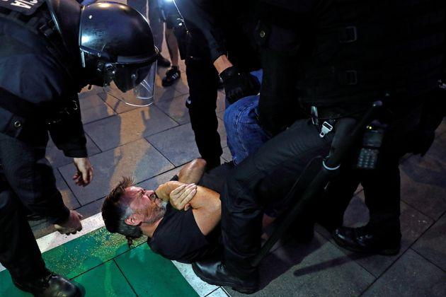 Mossos d'esquadra reducen a uno de los miles de manifestantes que permanecen en el Aeropuerto de El