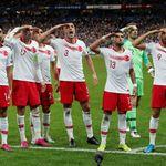 I turchi fanno il saluto militare dopo il gol alla Francia. In Germania una squadra caccia il giocatore