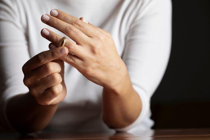 結婚指輪を外す女性 イメージ写真