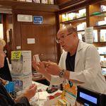 """Carlo Verdone in camice bianco si improvvisa farmacista a Roma: """"Ho risolto un altro"""