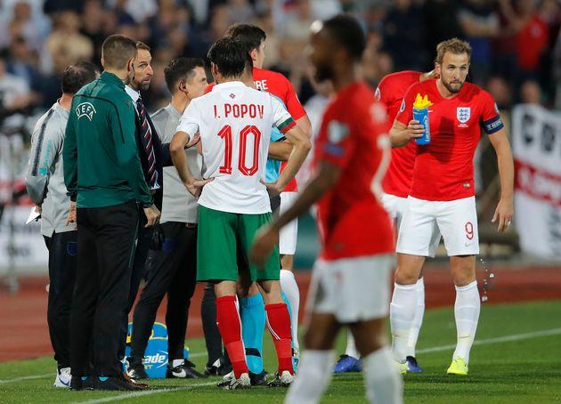 Le Sélectionneur de l'équipe d'Angleterre Gareth Southgate discutant avec l'arbitre de...