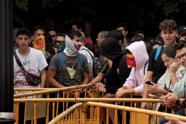 Varios jóvenes ante la Delegación del Gobierno en