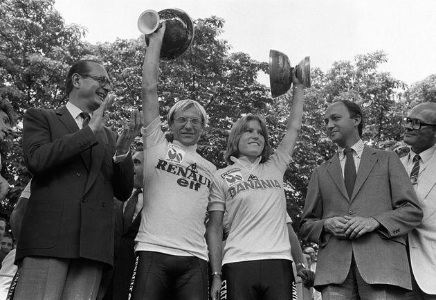 Jacques Chirac -ici lors du Tour de France 1984- sera honoré par l'édition 2020 avec une...