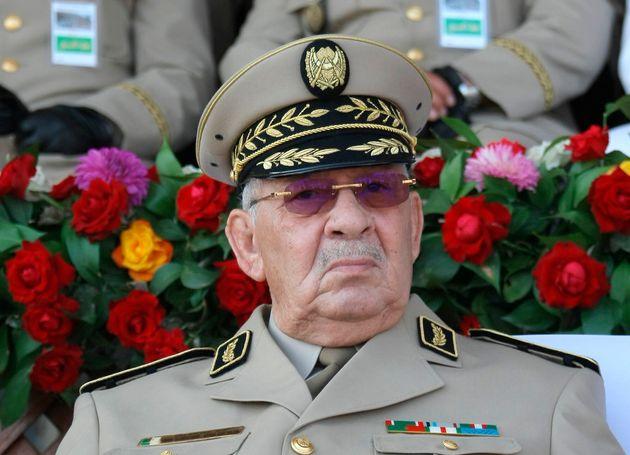 ARCHIVO - En esat foto del 1 de julio del 2018, el general argelino Ahmed Gaid Salah preside un desfile...