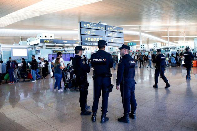 Agentes vigilan el interior del aeropuerto de El