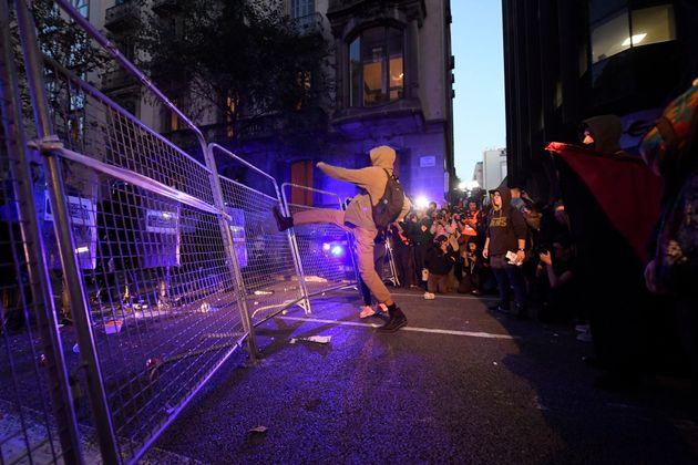Un manifestante golpea las vallas de protección en