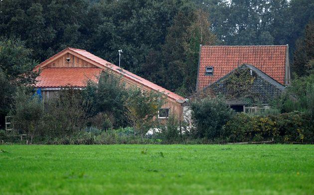 Vista de la casa donde han estado encerrados el padre y sus