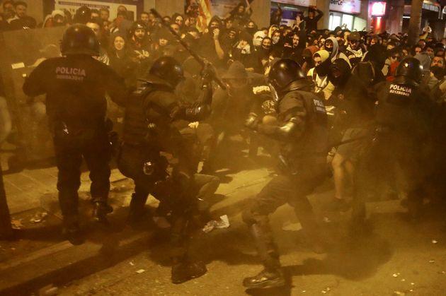 Non si placa la protesta in Catalogna: scontri, cariche e feriti a Barcellona