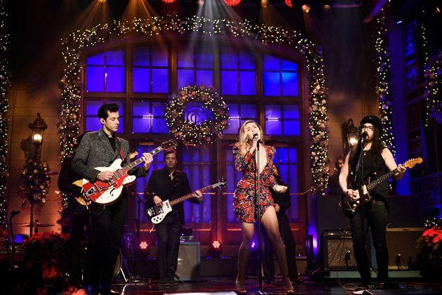 """Ronson e Cyrus se apresentam no """"Saturday Night Live"""", em 15 de dezembro de"""