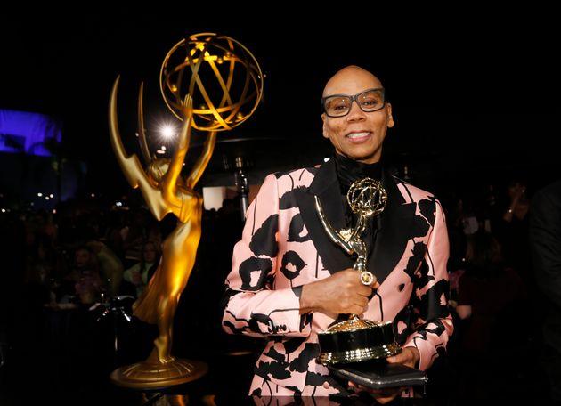 RuPaul, com prêmio recebido no 70º Primetime Emmy Awards, em setembro de