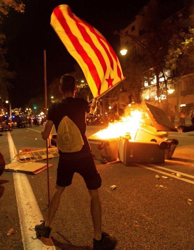 Los manifestantes se enfrentan a los Mossos de Escuadra junto a la Delegación del Gobierno en