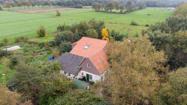 Une photo aérienne prise le 15 octobre 2019 montre une vue de la ferme dans laquelle un père...