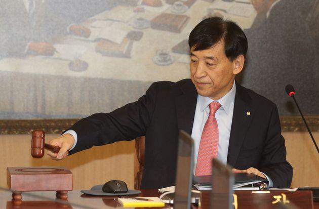 이주열 한국은행 총재가 30일 오전 서울 중구 한국은행에서 열린 금융통화위원회를 주재하며 의사봉을 두드리고