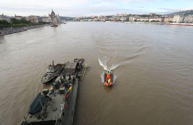 헝가리 부다페스트 다뉴브강 유람선 침몰사고 사흘째인 5월 31일 오전(현지시간) 다뉴브강 머르기트 다리 인근 사고현장에서 현지 경찰과 군 병력이 수색작업을 진행하고
