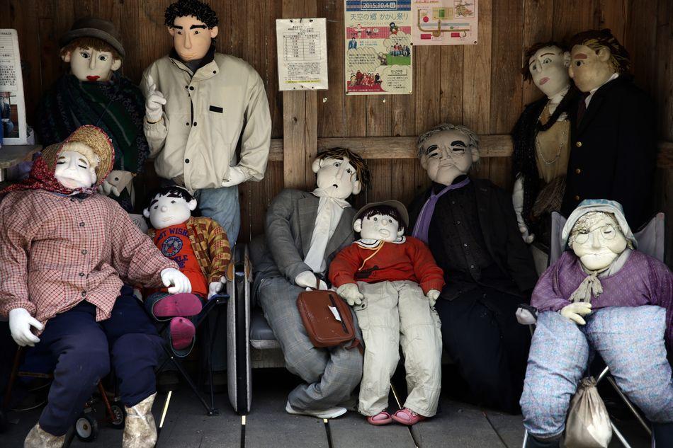 Όταν οι κάτοικοι του χωριού πέθαναν ή έφυγαν από το χωριό, ένας τοπικός καλλιτέχνης άρχισε να τους αντικαθιστά από κούκλες. Σήμερα, υπάρχουν εκατοντάδες κούκλες, που μοιάζουν με αληθινούς ανθρώπους, σε όλο το χωριό.