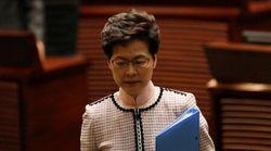 Hong Kong: la governatrice Lam lascia aula parlamento per le