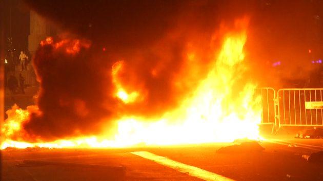 Un feu déclenché par des manifestants pro-séparatistes dans la soirée du 15 octobre à