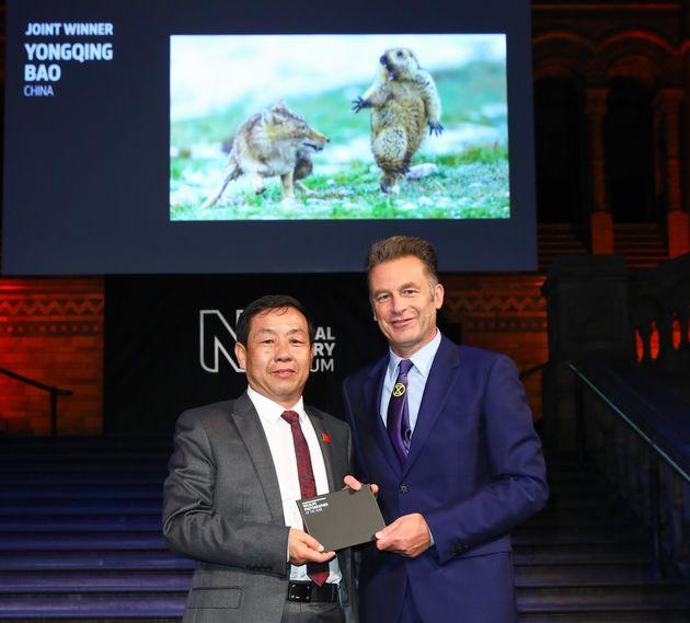 Le présentateur et naturaliste Chris Packham remettant le prix à Yongqing
