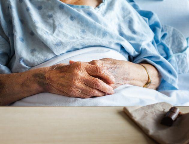 Per 10 mesi sola in ospedale a 92 anni. L'Asl ha rintracciato il nipote: