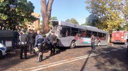 Autobus si schianta contro un albero a Roma: 40