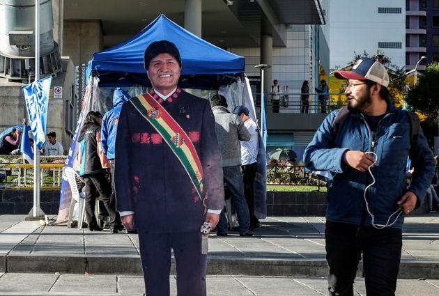 Un viandante se 'cruza' con una figura de Evo Morales en La Paz