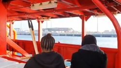 Ocean Viking arriva a Taranto. Dalla nave sbarcano 176 migranti tra cui 12 donne e 33