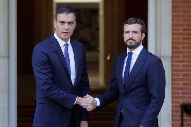 El presidente del Gobierno en funciones, Pedro Sánchez (i), recibe al líder del PP, Pablo