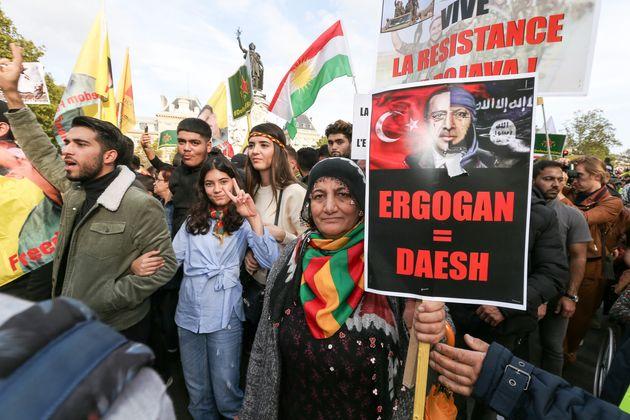 En soutien au peuple kurde contre l'offensive turque au nord de la Syrie, des manifestants se sont rassemblés...