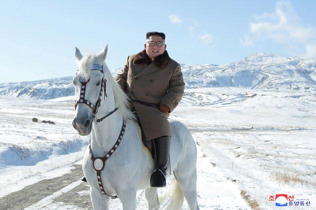 Ο Κιμ Γιονγκ Ουν καβάλα σε άσπρο άλογο σε ένα ιερό