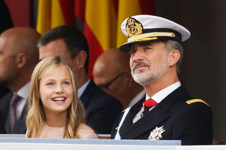 La princesa Leonor y el rey Felipe durante el desfile militar del 12 de octubre.