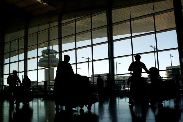 Varios viajeros transitan por el Aeropuerto de