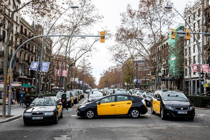 Una concentración de taxis en la Gran Via de Barcelona para pedir restricciones a las VTC en enero de 2019.
