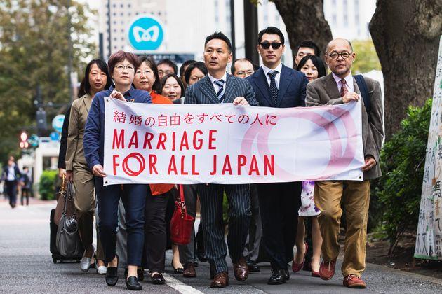 東京地裁に向かう原告と弁護団