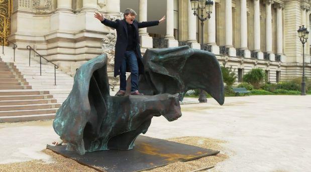 Johan Creten prend la pose sur le dos de sa chauve-souris, installée devant le Petit Palais à...