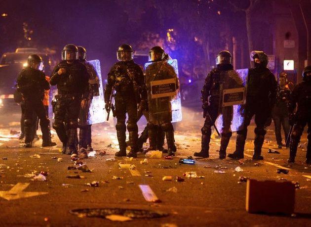 Los Mossos de Escuadra junto a la Delegación del Gobierno en Barcelona durante los incidentes producidos...