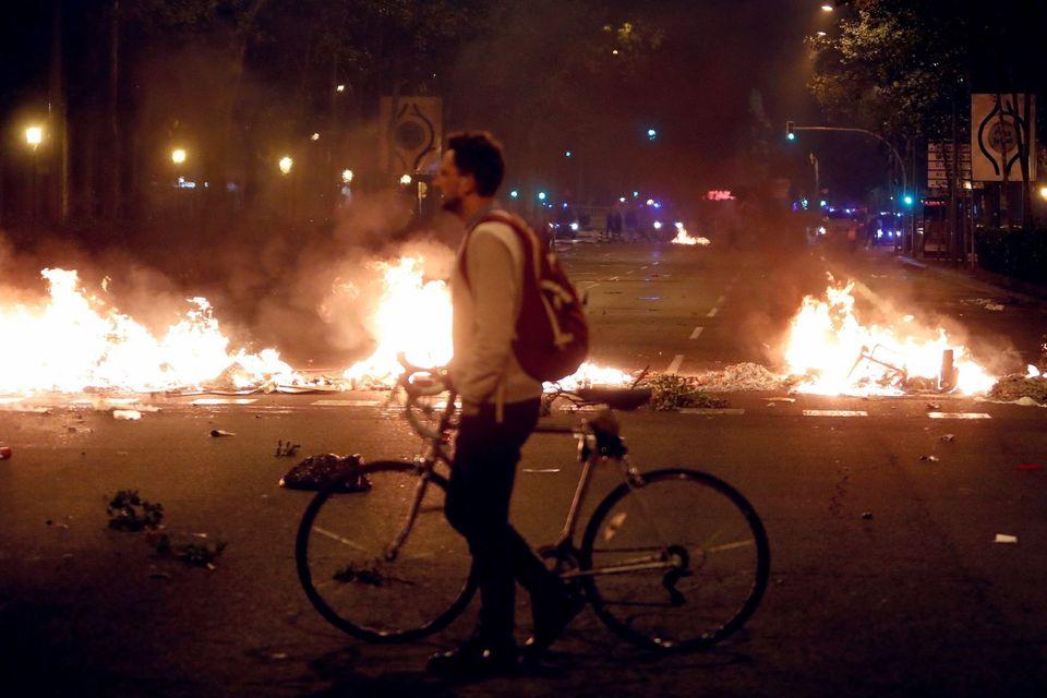 Un ciudadano, con su bicicleta, pasa por una barrera de