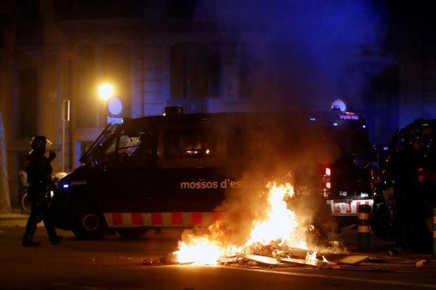 Agentes de los Mossos d'Esquadra durante los disturbios que se están produciendo tras la concentración...