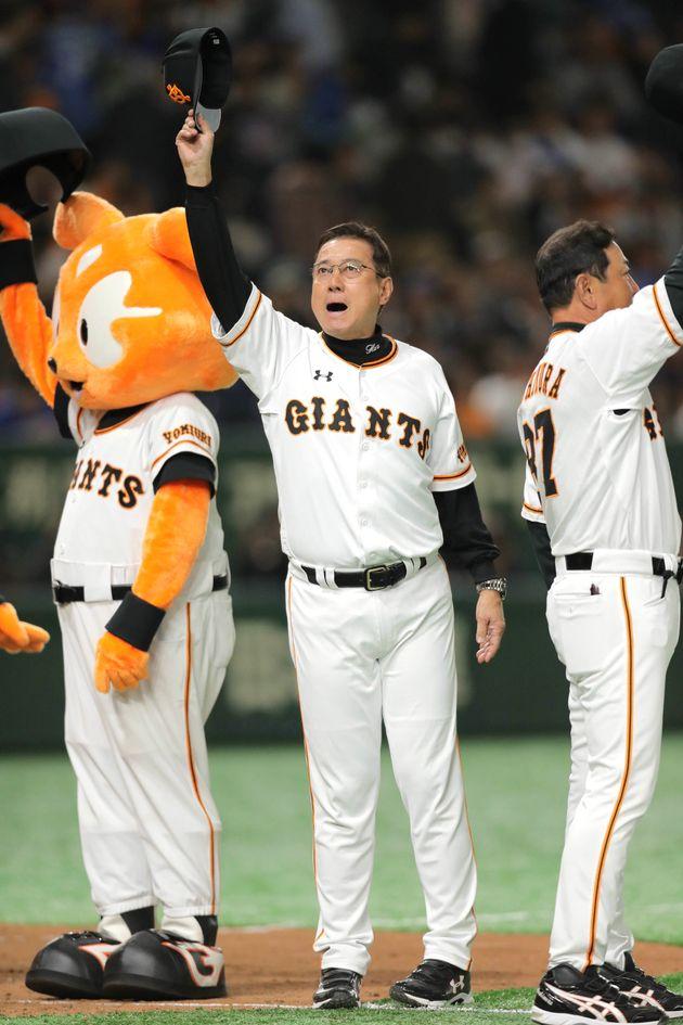 ファンの歓声に応える巨人の原辰徳監督(中央)=27日、東京ドーム