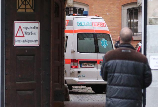 Una ambulancia entra en la corte de Hamburgo, donde Bruno Dey será