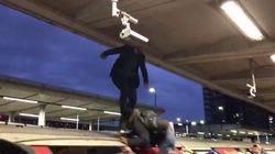 Viajeros enojados atacan a activistas ambientales que querían bloquear el Metro de Londres