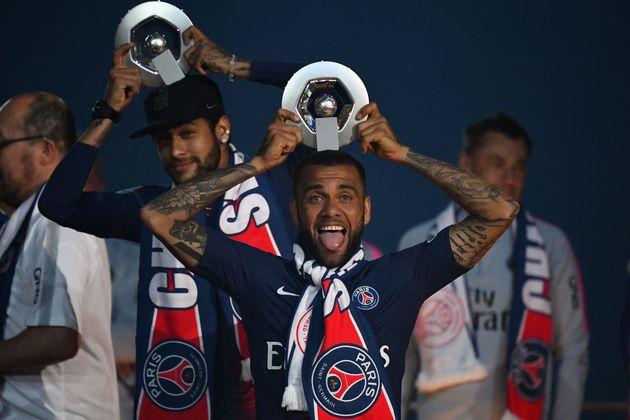 Malgré les titres remportés avec le PSG, Dani Alves ici avec Neymar en mai dernier, n'a...